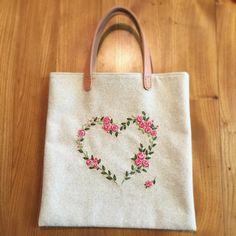 A4ファイルがぴったり入るサイズのバッグを作りました。今週末のHMJに持って行きますね。  #ぺたんこバッグ #刺繍 #リボン刺繍 #embroidery…