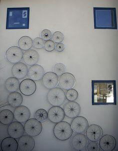 Artsy b wheel decor Old Bicycle, Bicycle Wheel, Bicycle Art, Bicycle Tools, Recycled Bike Parts, Decoration, Diy Design, Interior Design, Amazing Art