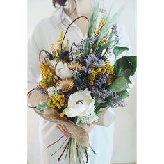Luxe florist[ウエディングフラワー]さんはInstagramを利用しています:「昨日の続きです☺︎ . メインにパームフラワーが入って ボリューム良し👌 . ガーデンウェディングで活躍してもらいたい(*^^*)🌿 . . . . . #結婚式準備 #ヘアアクセサリー #結婚式 #ハワイ挙式 #ウェディングドレス #ヘアアクセサリー…」 Wedding Wreaths, Rustic Wedding Flowers, Wedding Flower Arrangements, Spring Wedding Bouquets, Bride Bouquets, Bridesmaid Bouquet, Prom Flowers, Green Flowers, Floral Flowers
