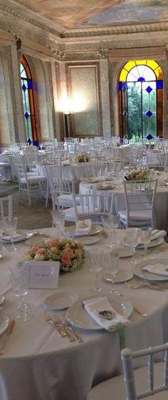 Matrimoni a Villa Favorita. Allestimento tavoli nei saloni d'epoca