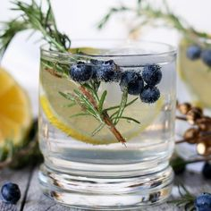 This lemon blueberry vodka spritzer is perfect for holiday parties, weekend brunches or girl's nights. If you are searching for a signature drink, your search is over thanks to this easy cocktail recipe! | honeyandbirch.com