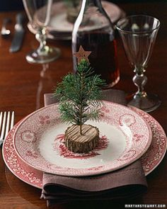 Christmas place settings ♥  Quietly effective