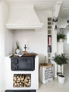 In a farmhouse design, the side table seems to have important roles that are unreplaceable. The farmhouse side table is Cozy Kitchen, Kitchen Decor, Kitchen Design, Kitchen Stove, Stove Oven, Sweet Home, Farmhouse Side Table, Cuisines Design, Scandinavian Interior