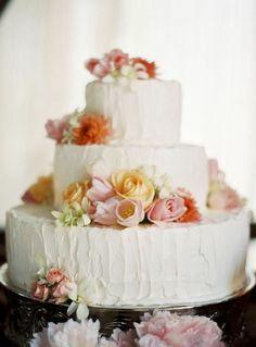 Bolo de Casamento com Flores Naturais Coloridas