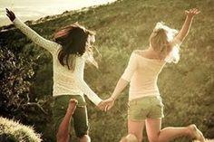Pensando bem, eu gosto mesmo de você Pensando bem, quero dizer Que amo ter te conhecido Nada melhor que eu deixar você saber Pois é tão triste esconder Um sentimento tão bonito  Hoje mesmo vou te procurar Falar de mim Sei que nem chegou a imaginar Que eu pudesse te amar tanto assim  Sempre fui um grande amigo seu Só que não sei mais se assim vai ser Sempre te contei segredos meus Estou apaixonado por você  Esse amor entrou no coração Agora diz o que é que a gente faz Pode dizer sim ou dizer…