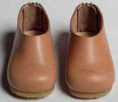 素朴な風合いのあたたかみのあるデザイン木靴のような革靴です。出産祝いにファーストタイムステップシューズとして♪お出かけの時にも普段にも履いて頂けます!*アッパ...|ハンドメイド、手作り、手仕事品の通販・販売・購入ならCreema。