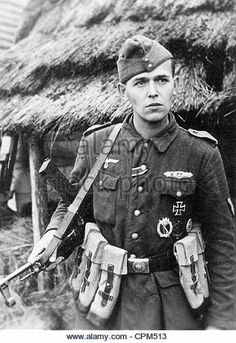 A German soldier with a assault rifle. Note the unique magazine pouches. Ww2 Uniforms, German Uniforms, German Soldiers Ww2, German Army, Military Men, Military History, Luftwaffe, Germany Ww2, Ww2 Photos
