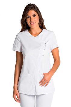 Casaca blanca Dyneke en manga corta. Se abrocha con cierres en la parte izquiera y tiene tres botones en la parte superior. Tiene tejido Cool Dry de rejilla en los costadillos para que la prenda sea más transpirable. Prenda ligeramente entallada y elegante. Dispone de dos bolsillos en la parte inferior. #RopaLaboral #UniformesDeTrabajo #VestuarioOnline #Dyneke #MasUniformes Scrubs Pattern, Sewing Paterns, Nurse Costume, Medical Scrubs, Maid Dress, Blouse, Dress Patterns, Dress Outfits, Dresses For Work