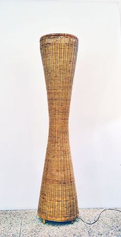 This vintage floor lamp is made of rattan and has a conical column shape. It was produced in Italy in the Style Vintage, Design Vintage, 1960s Decor, Articles Vintage, Mid Century Lighting, Wicker Furniture, Floor Lamp, Monochrome, 1950s