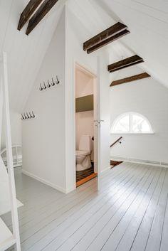 liten toalett kompletterar rummet