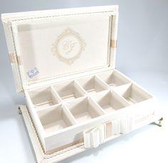Caixa Kit Toalete para festas de casamento ou aniversário. Possui bordado na tampa interna. Consulte preço com produtos e embalagens personalizadas. Temos outros tecidos. R$ 215,00