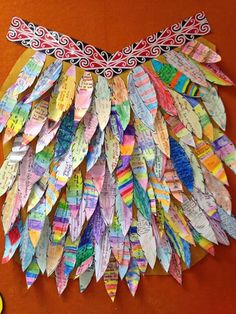 Waitangi Day Craft Activity: Make a Korowai (feather cloak) with paper feathers! Korowai are taonga (treasures) that are often worn on special occasions. Feather Crafts, Feather Art, Library Activities, Preschool Activities, Teaching Displays, Waitangi Day, Paper Feathers, Early Childhood Centre, Sea Crafts