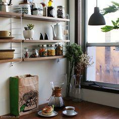 ホワイトのフレームとナチュラル素材の棚板が、お部屋の壁にしっくりと馴染みます。調味料やカップを置いたりするのにちょうどよい大きさ。実用性に優れていますね。