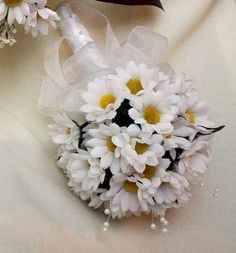 I want a white daisy bouquet for my wedding! My favorite flower!! Maybe different than this though..