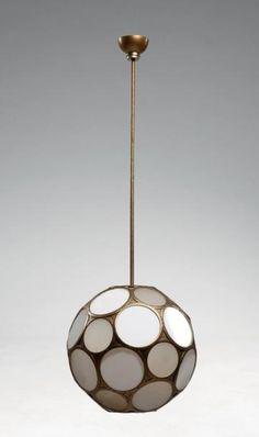 PERZEL Jean Suspension boule facettée, à armature en laiton doré sertissant