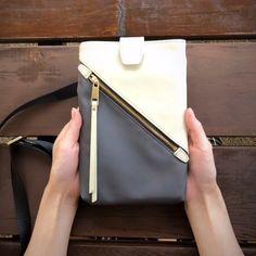 スポーティになりすぎない、大人の女性が持てるエレガントな ミニバッグ Leather Bags Handmade, Handmade Bags, Leather Craft, Cloth Bags, Leather Accessories, Small Bags, Fashion Bags, Purses And Bags, Crossbody Bag