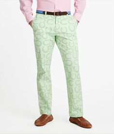 I hope we see these Kentucky Derby Pants: Horseshoes Breaker Pants for Men - from vineyard vines at this year's Iroquois Steeplechase! Mens Kentucky Derby Outfits, Kentucky Derby Fashion, Derby Attire, Preppy Men, Derby Day, Well Dressed Men, Men Dress, Vineyard Vines, Men Casual
