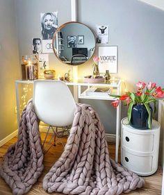 COMO CONVERTIR UN ESCRITORIO O MESA DE TRABAJO EN UN VANITY Hola Chicas!!! Les tengo una galeria de fotos de como usar una mesa de trabajo o escritorio como vanity (tocador) puedes pintarla del color que mejor vaya con la decoracion de tu dormitorio, agregarle un espejo, silla y accesorios para acomodar tu brochas y maquillaje, fotos, florero con las flores que más te gusten, etc. Espero que les gusten estas ideas ya sean para ti o para el dormitorio de tu hija. ♡ ᒪOᑌIᔕE ♡