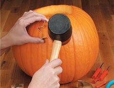 Idé til de ældste børnehavebørn: Smart måde at udstikke græskar på! Brug småkageformene - og en gummihammer!