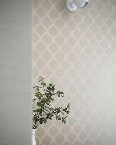 ダイニングの小さなソファスペースには薄いグレーのモロッカン柄の壁紙を そこに白マットなスポットライトを設けて読書の時の手元灯にします 都会の小さな森の家のダイニングリラックススペースです . 基本的には白の壁紙をベースとしたお住まいですが白マットな照明器具を使う空間ではグレーの壁紙やタイルを使い白いもの花瓶やカップなどが映えるようにしています . リラックス空間はワントーン暗めの壁の色だと落ち着く空間になると思います Curtains, Shower, Rugs, Prints, Home Decor, Rain Shower Heads, Farmhouse Rugs, Blinds, Decoration Home
