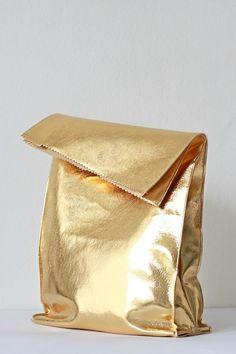 Recorta y cose una bolsa de almuerzo y píntala de oro. | 23 maneras de hacer imitaciones fantásticas