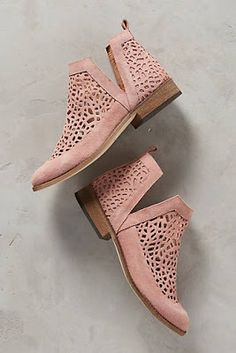 Combine Jewelry With Clothing - Tendance Chausseurs Femme 2017 - The jewels are essential to finish our looks. Discover the best tricks to combine jewelry with your favorite items Bootie Boots, Shoe Boots, Shoes Sandals, Ankle Boots, Flats, Flat Booties, Shoes Sneakers, Cute Shoes, Me Too Shoes