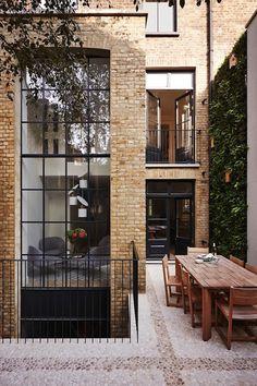 แตกต่างอย่างลงตัว! บ้านสวย 5 ชั้นสไตล์วิคตอเรียกับการมิกซ์วัสดุที่หลากหลายให้ลงตัว