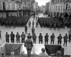 Cérémonies de remise de médailles, Place de la République à Carentan, 23 juin 1944.