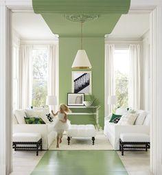 Stupenda idea per imbiancare soggiorno e renderlo moderno e fresco - in un ambiente bianco è stata inserita una striscia continua verde sulla parete, pavimento e soffitto
