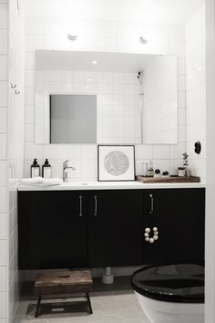 Flat with beautiful light and a vintage touch, a black & white bathroom - via cocolapinedesign.com