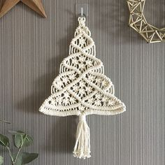 Macrame Design, Macrame Art, Macrame Projects, Macrame Knots, Macrame Wall Hanging Patterns, Macrame Patterns, Christmas Gift Decorations, Diy Christmas Ornaments, Crochet Christmas Trees