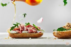 #healthyfood!  Ciemne pieczywo, #ser z koziego mleka, rukola, #szynka #serrano oraz #miód lipowy. Zobaczcie jak udało nam się połączyć te składniki w jedną całość