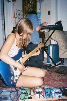 A young Kim Gordon (Sonic Youth) - bedroom rehearsal Kim Gordon, Music Is Life, My Music, Music Mix, Guitar Girl, Riot Grrrl, Music Stuff, Music Bands, Rock Music