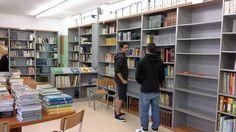 Alumnes de l'Aula Oberta ens ajuden a organitzar les prestatgeries.