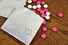 Die genähte, mit einem Herz gestempelte Papiertüte ist absolut vielseitig auf der Hochzeitsfeier einsetzbar.     Eine tolle Verpackung für:   - Candys