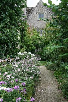 England Travel Inspiration - Kelmscott Manor, Oxfordshire, England - Home of William Morris. - The Silver Garden Beautiful Gardens, Beautiful Homes, Beautiful Places, English Country Gardens, English Countryside, Plantas Indoor, Garden Cottage, Manor Garden, William Morris