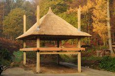 4 roedige hooiberg met rietenkap gemaakt door Pape Rietdekkers