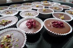 Šuhajdy sú sviatočné nepečené koláčiky v papierových košíčkoch. Stred košíčkov je šťavnatý, orechový s vôňou rumu. Čokoládu na šuhajdy môžeme uvariť z čokoládových tyčiniek. Ako v tomto recepte, kde sú šuhajdy pripravené z ľadových gaštanov. Tie majú super nugátovú plnku. Vrchnú časť čokolády na šuhajdách ozdobujeme rôznymi cukríkmi, orechami, alebo lentilkami.