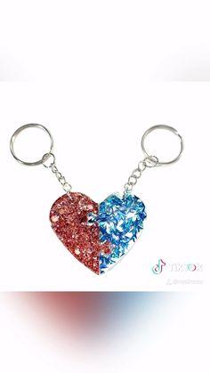 Diy Resin Gifts, Diy Resin Keychain, Keychain Ideas, Diy Resin Art, Uv Resin, Resin Crafts, Diy Gifts, Epoxy, Friendship Jewelry