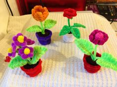 Small pipe cleaner flower pots פרחים מנקי מקטרות Pipe Cleaner Crafts. explanations and tutorials are available on the site