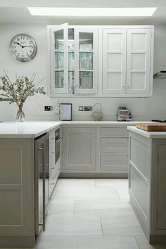 białe szafki kuchenne z wgłębieniami, rozjaśniają kuchnię bez okna