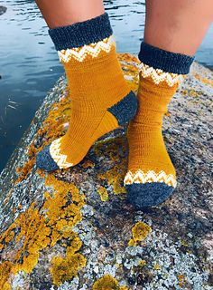 Ravelry: On the fence pattern by Anna Lange – Crafts Ideas Knitting Charts, Knitting Socks, Hand Knitting, Knitting Patterns, Knit Socks, Sock Toys, Fabric Dolls, Rag Dolls, Hand Knitted Sweaters
