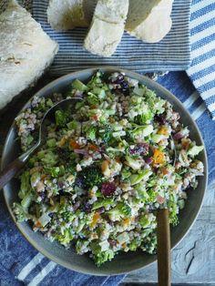 Brokkolisalat med bacon og byggryn Breakfast Enchiladas, Potato Salad, Bacon, Nom Nom, Grilling, Food And Drink, Chicken, Meat, Vegetables