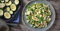 O tom, že cuketa najlepšie chutí grilovaná, vás presvedčí tento jednoduchý a rýchly šalátik... Sprouts, Feta, Zucchini, Vegetables, Vegetable Recipes, Brussels Sprouts, Squashes