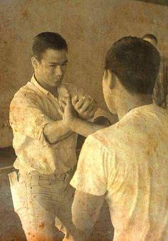 Bruce Lee pratique le Wing Chun à sa classe de Garage dans les années 60, Seattle.