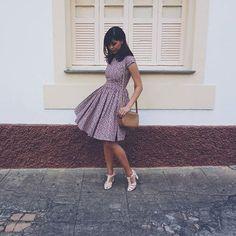 Vestido midi rodado, floral fundo escuro. Vestido Bolinha de Sabão by Andreia Brondi Store.  #midi #retrô #ladylike #vestidofloral