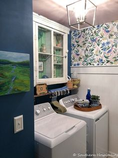 Small space laundry room ideas on a budget using wallpaper and paint. modern vintage small laundry room ideas with colorful wallpaper Small Utility Room, Small Laundry Rooms, Vintage Laundry Rooms, Laundry Room Wallpaper, Modern Vintage Decor, Vintage Diy, Laundry Room Inspiration, Inspiration Wall, Interior Inspiration