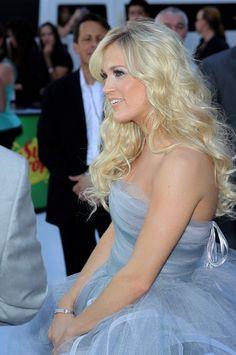 Carrie Underwood rocks beautiful tousled curls
