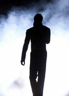 His Aura, Light, Love. the effect he had on others :: True Michael Jackson Michael Jackson Silhouette, Mj Dangerous, O Pop, Sky Full Of Stars, Lisa Marie Presley, King Of Music, Celebs, Celebrities, Oprah