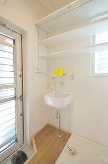 春日市【T様邸】光・風・視線・動線・収納にこだわった心地よい家、完成いたしました! | 福岡・唐津の注文住宅 ロイヤルハウス(有)イモト Decks And Porches, Bathroom Toilets, Laundry Room, Ideal Home, Bathtub, Cabinet, Storage, House, Furniture